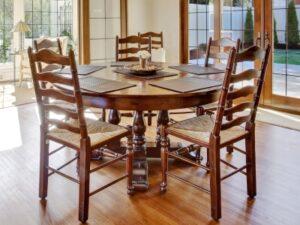 Træmøbler med flettede sæder er blevet moderne igen