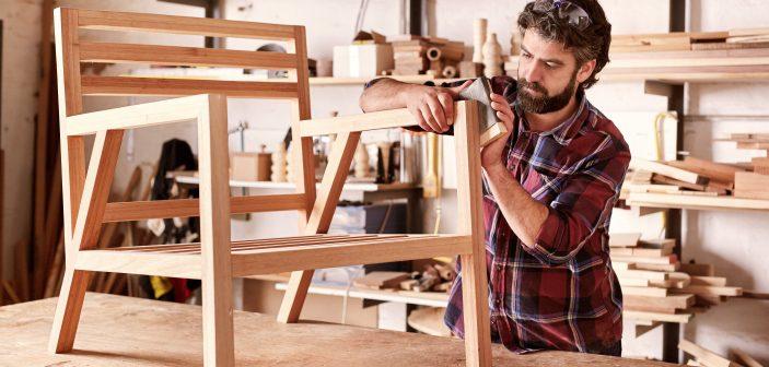 En snedker arbejder med en stol